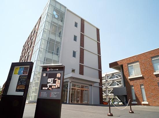 ガラス張りの新校舎