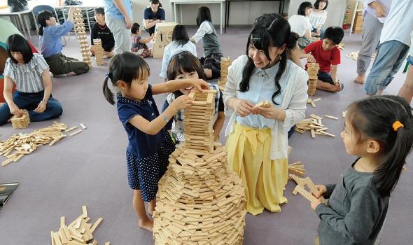子どもと一緒に積み木遊び体験